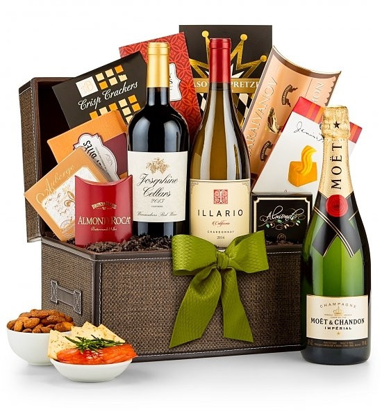 A gift for your most valued clients & colleagues, The VIP Treatment is an antique replica leather chest that holds a bottle of Chardonnay along with the finest in gourmet foods & sweets. A velvet & satin sack makes a distinguished presentation. #gift
