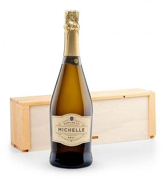 This elegant gift comes with a bottle of well-balanced, crisp Domaine Ste. Michelle. This champagne will bring joy to the palate with apple & citrus characteristics. The champagne will arrive packaged in an elegant, vineyard-themed gift crate. #gift
