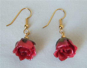 Gold Rose Jewelry! These genuine red mini rose earrings will enhance her beauty. The miniature red roses have been artfully preserved in a clear lacquer finish to allow them to be everlasting. They are trimmed in gold using a similar process to our gold r #gift